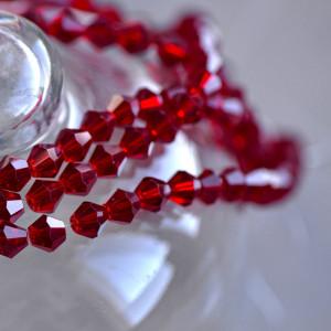Бусина биконус стеклянная, темный красный, 6 мм...