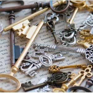 Подвески из металла в виде ключей, разных цветов и разм...