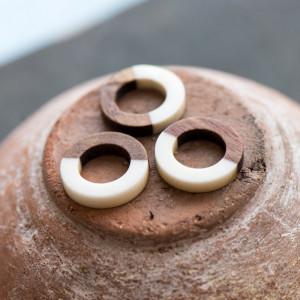 Коннектор смола/дерево, кольцо, дерево/белый, 18x4 мм...
