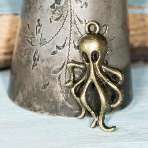 Подвеска металлическая в виде осьминога, цвет - антична...