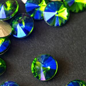 Кабошон стеклянный круглый Риволи, синий с зелеными пер...