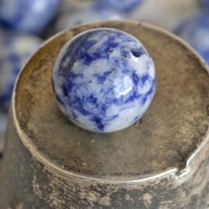 Бусина имитация нефрита, круглая, цвет белый с голубым,...