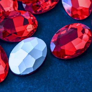 Кристаллы с фольгированной поверхностью, овал, ярко-кра...