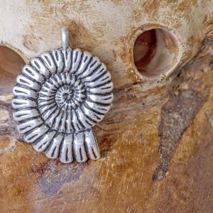 Подвеска металлическая в форме аммонита, цвет - антично...