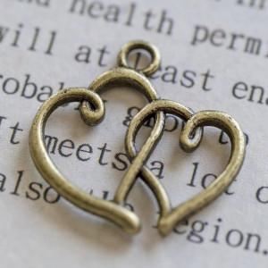 Подвеска металлическая в форме сердечек, античная бронз...